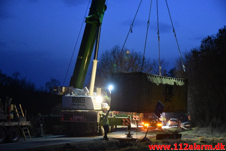 Lastbil havnede i grøften. Bøgvadvej ved Egtved. 22/02-2021. Kl. 14:30.