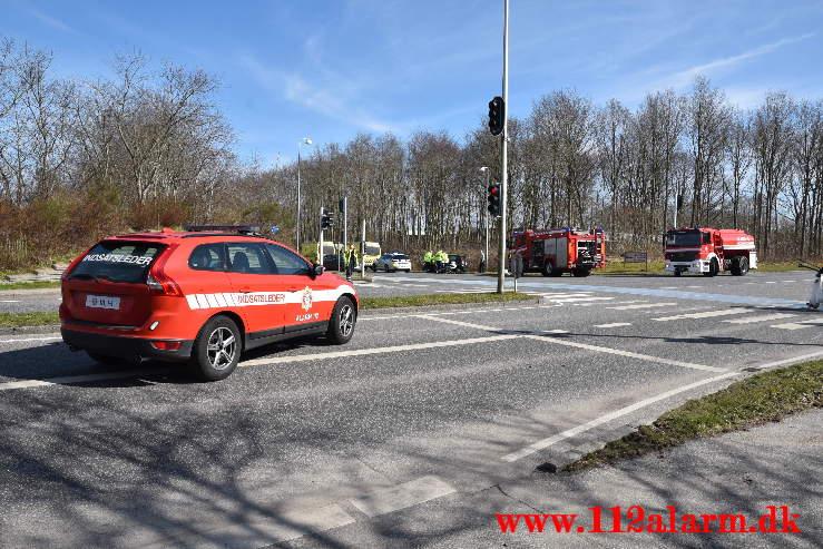 2 biler hinanden i krydset. Grønlandsvej / Sønderdalen i Vejle. 30/03-2021. KL. 13:41.