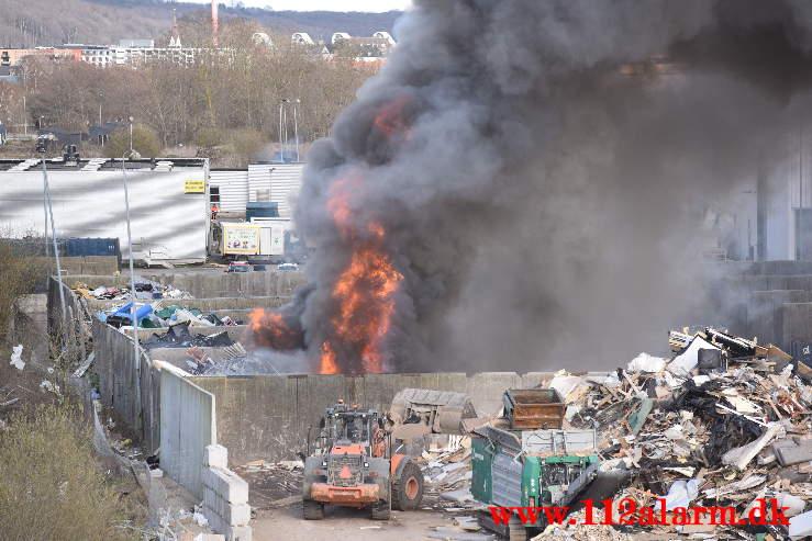 Ild i Industribygning. Vestre Engvej 70 i Vejle. 10/04-2021. Kl. 17:05.
