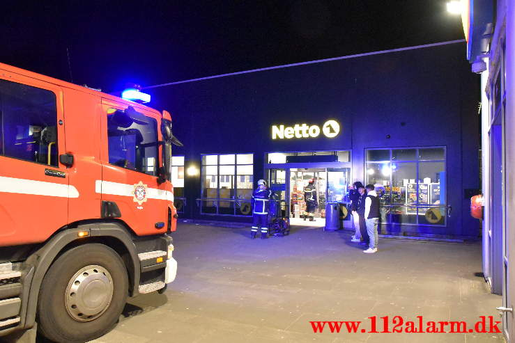 Røgkanon af i Netto. Nørremark Center i Vejle. 15/04-2021. Kl. 22:16.