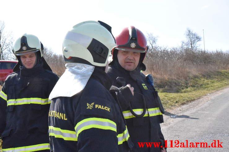 Skraldevognen måtte tømmes midt på Fårupvej ved Jelling. 15/04-2021. Kl. 10:53.