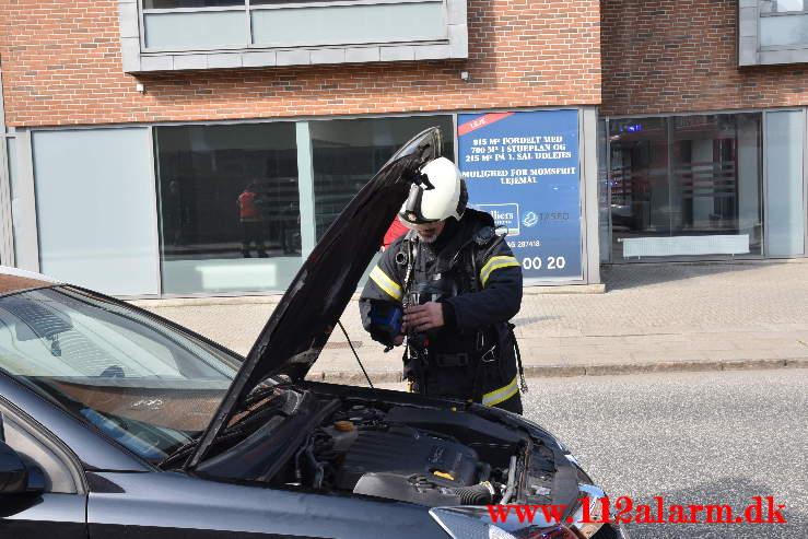 Ild i motorrummet. Enghavevej i Vejle. 17/04-2021. Kl. 10:43.