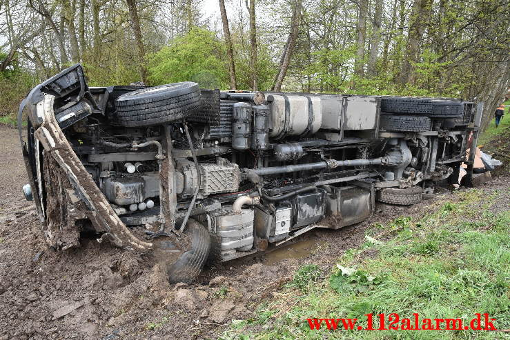 Lastbilen havnede i grøften. Bjerrevej ved Hornsyld. 05/05-2021. Kl. 12:42.