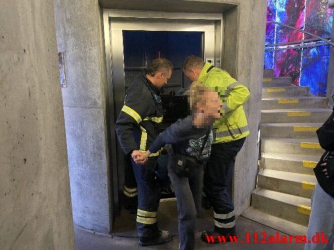 Fanget i en elevator. Tróndur P-hus i Vejle. 09/05-2021. Kl. 18:20.