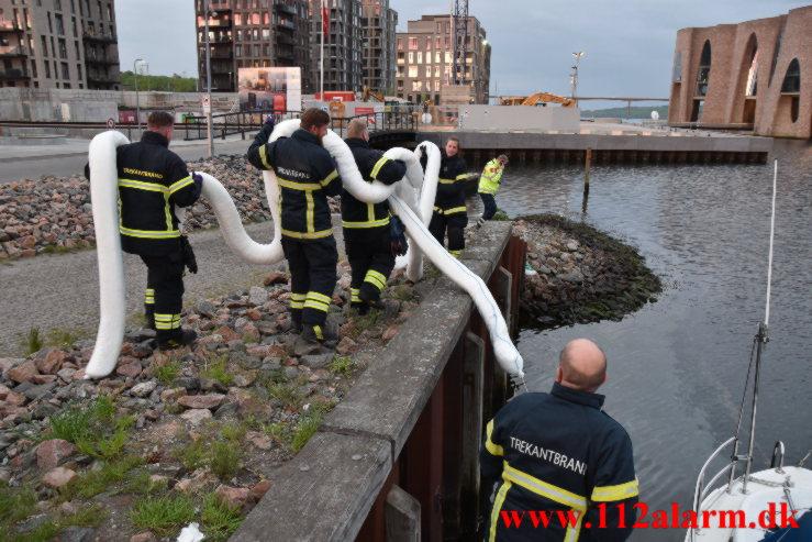Sejlskib lækker olie. Vejle Havn. 18/05-2021. Kl. 21:13.