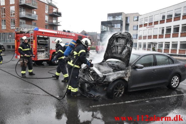 Bil brød i brand. Jyllandsgade i Vejle. 22/05-2021. Kl. 16:44.