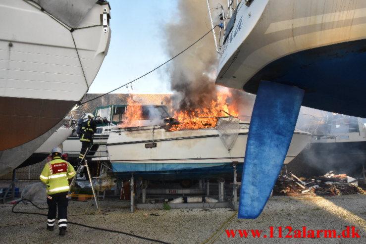 Explosion i sejlskib på land. Dyrskuevej i Vejle. 01/06-2021. Kl. 20:43.