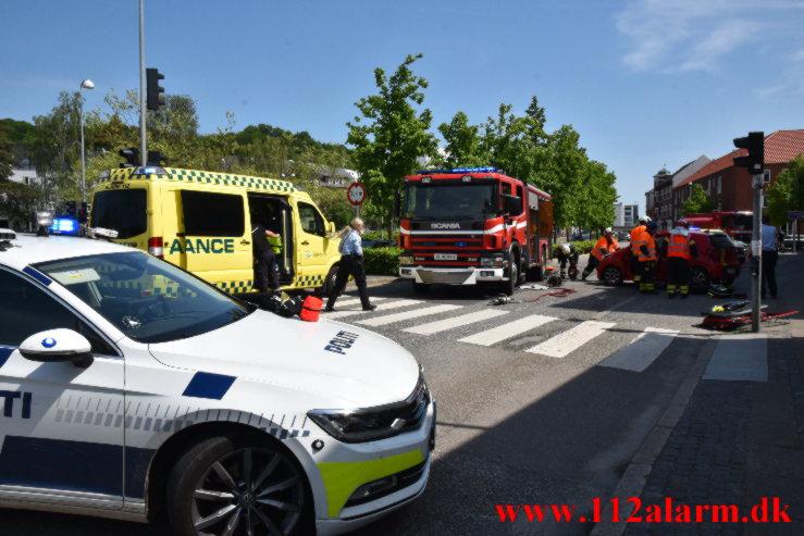 Slog en kolbøtte i krydset. Vesterbrogade og Vedelsgade i Vejle. 05/06-2021. KL. 13:13.