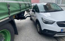 Lastbil ramte en ulovlig parkeret. Lille Bjerggade i Vejle. 12/06-2021. KL. 10:53.