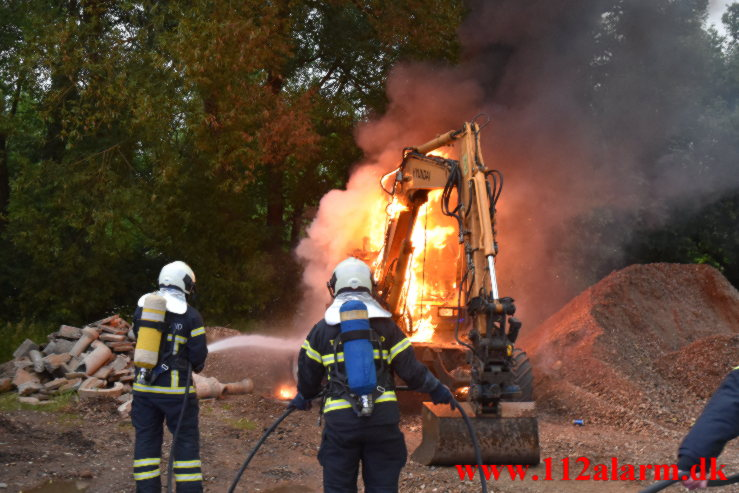 Brand i gravemaskine. Mågevej i Vejle.20/06-2021. Kl. 21:39.