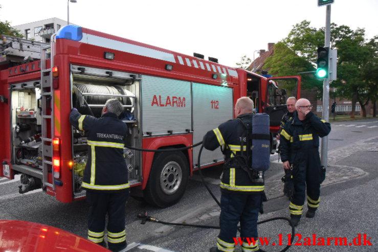 Ild i skraldespand. Klostergade i Vejle. 28/06-2021. Kl. 22:12.