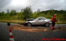 Mercedes ramte autoværnet på vej ned på Motorvejen. Østjyske Motorvej E45 ved Vejle. 04/07-2021. KL. 11:45.