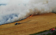 Ild i mark med afgrøder. Gl. Højenvej ved Højen. 22/07-2021. Kl. 13:51.