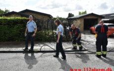 Ukrudtsbrænder fik fat i hækken. Falkevej i Vejle. 02/08-2021. KL. 11:39.