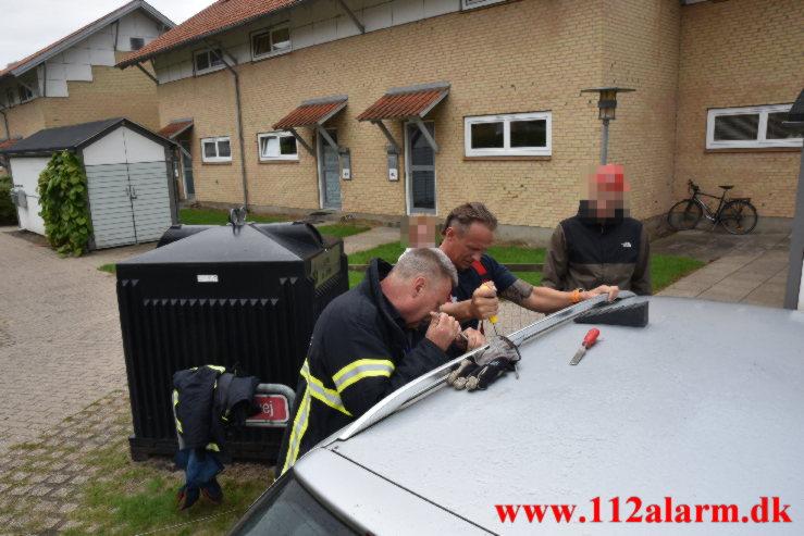 Lille pige låst i ned i bilen. Ribe Landevej i Vejle. 07/09-2021. Kl. 08:13.